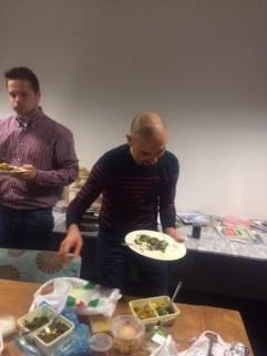 Aassim en Niels doen zich tegoed aan het heerlijke eten.