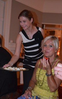 Nicole Schulman serverar gäster