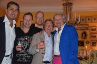 fem glada herrar