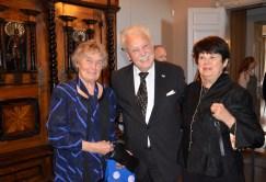 Jubilaren flankerad av Ulla Samuelsson och Birgitta Carlsson.
