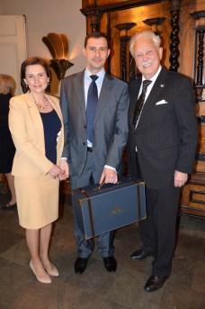 Med en elegant väska med spännande innehåll kommer Rysslands militärattaché och fru Dmitry Tkachenko och uppvaktar.
