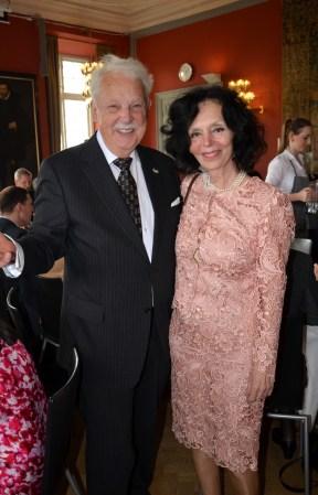 Eleganta ungerska Grevinnan Csilla Patachich kom och gratulerade med en antik släktklenod från Meissen.