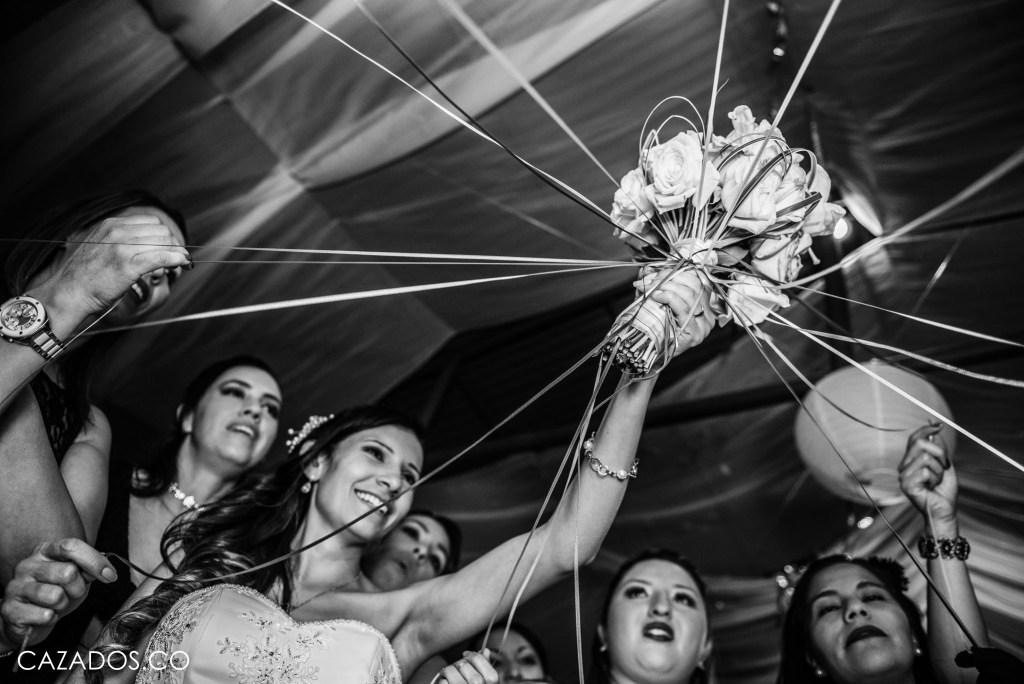 Rifa del Ramo - Cintas amarradas al anillo   Fotografia bodas Bogotá