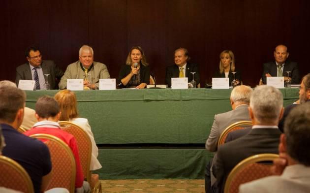 La presidenta María Salom durante su intervención en el acto, al que han asistido multitud de representantes del sector © Consell de Mallorca