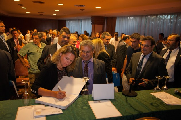 La presidenta María Salom ha firmado uno de los ejemplares © Consell de Mallorca