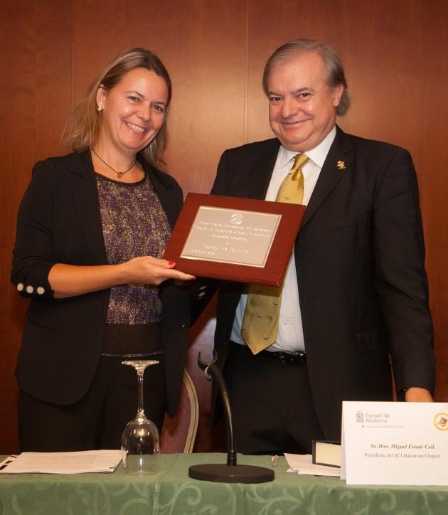 La presidenta ha recibido de manos de Miguel Estade el Primer Premio Internacional SCI Balearean. © Consell de Mallorca.