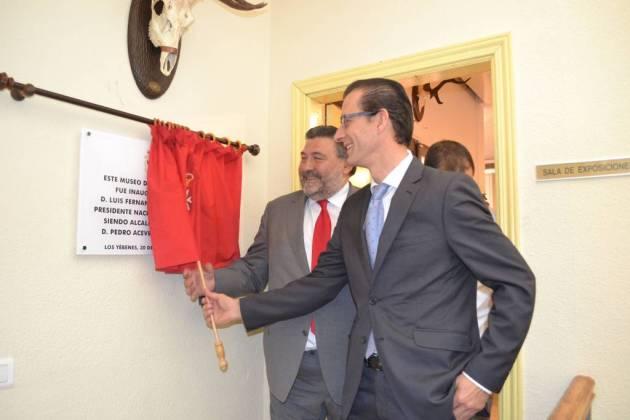 Pedro Acevedo y Luis Fernndo Villanueva descubren la placa.