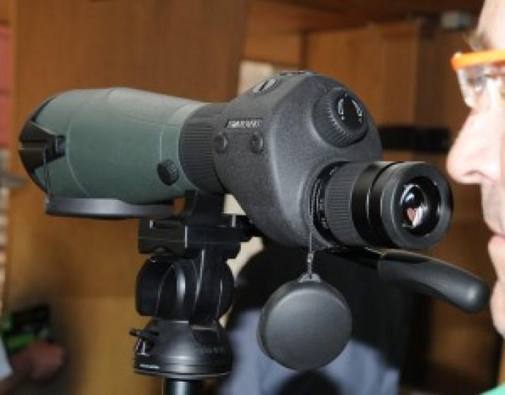 El tercero del equipo de larga distancia, que nos propone como un 'todo' Swarovski, es el telescopio STR 80. Incorpora retícula iluminaba que desaparece de la imagen al apagarla. La retícula dividida en unidades MOA es un sistema de medida por comparación de magnitudes y llega donde los telémetros no alcanzan. Se ofrecen dos modelos variando el ocular desmontable, el STR 20-60x80 y el STR 25-50x80 W, con pesos de 1885 y 2030 g, y longitud para ambos, 403 mm.