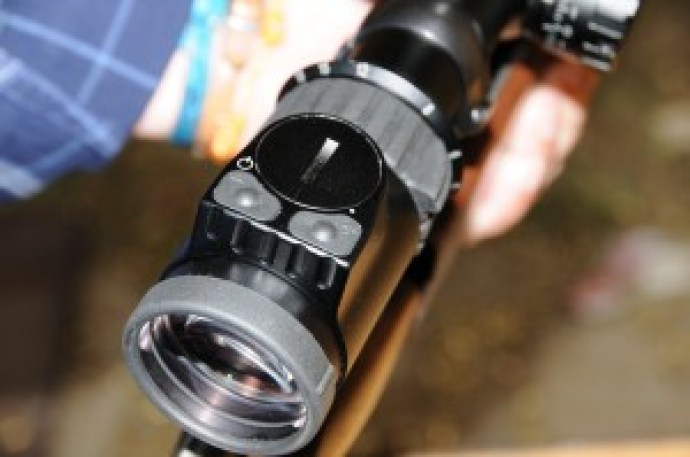 El mando de iluminación de las retículas en las versiones (i) es más aplastado que el de sus parientes Z6 para permitir esa visibilidad de la que hablábamos sin casi levantar la cara. Como puede observar en la fotografía se maneja con dos botones. Hoy las retículas disponibles para los 3,5-18x50 P 1/4 MOA y 5-25x56 P 1/4 MOA son las BMR, 4W, 4WX y Plex, todas con sus versiones iluminadas. La excepción la marca el 5-25x56 P 1/8 MOA al ser sólo suministrado con la Plex tanto normal como (i).