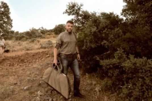 Tanto para la caza tradicional como para trabajar en la armería utilizo ropa de Pasión Morena, conocida por todos por la calidad y comodidad de sus productos made in Spain.
