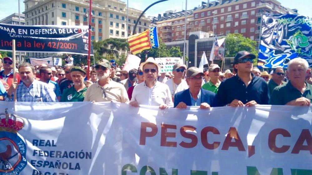 El alicantino Vicente Seguí, presidente de la Federación de Caza de la Comunidad Valenciana, en una las pancartas de cabecera (camisa blanca y sombrero).