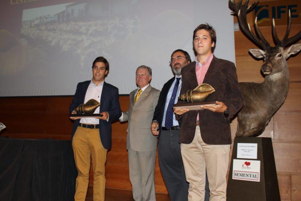 La propiedad de 'Malueñez' con su caracola de bronce a la mejor montería en abierto.