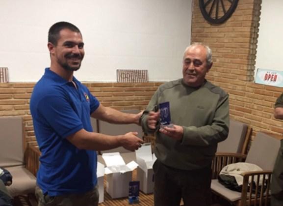 Josué Campos Díaz, presidente de la Asociación Amigos Cetreros, entregando el trofeo al tercer clasificado de la prueba, Jacinto Esteban Gómez.
