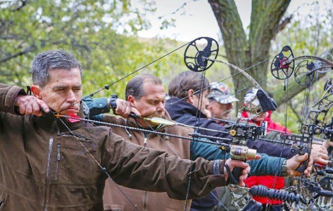 Cinco de los arqueros practican en su campo de tiro. SERGIO ENRÍQUEZ-NISTAL