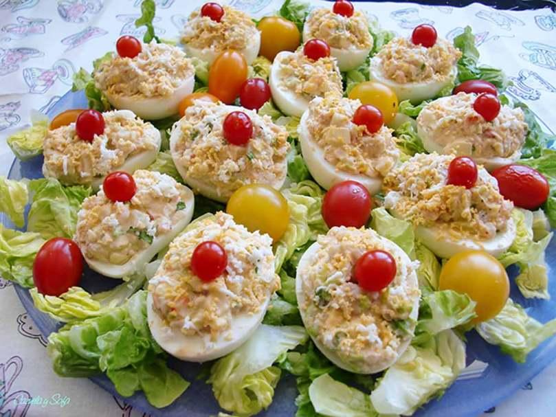 Huevos rellenos con manzana y langostinos