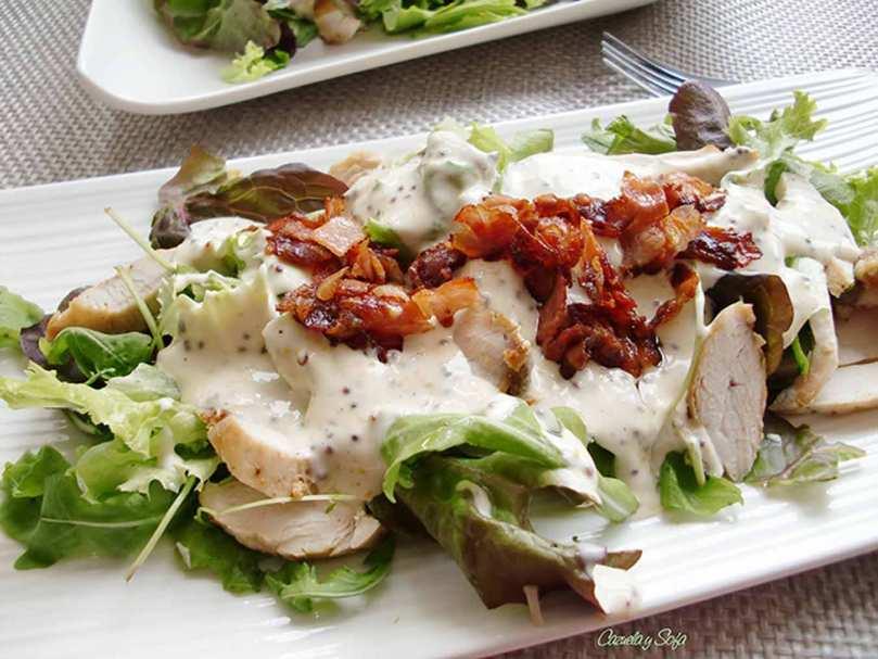 Ensalada de pollo con bacon crujiente