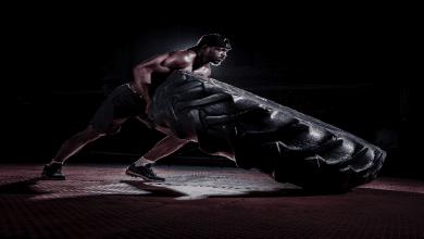 Entraînement intensif d'un homme avec un pneu