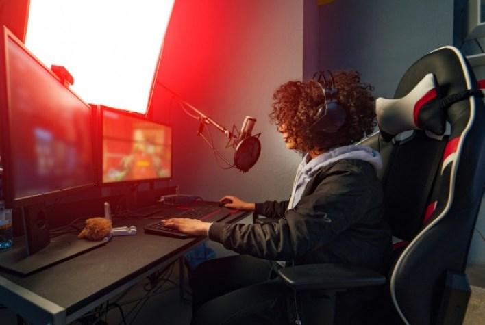 fille gamers devant son ordinateur