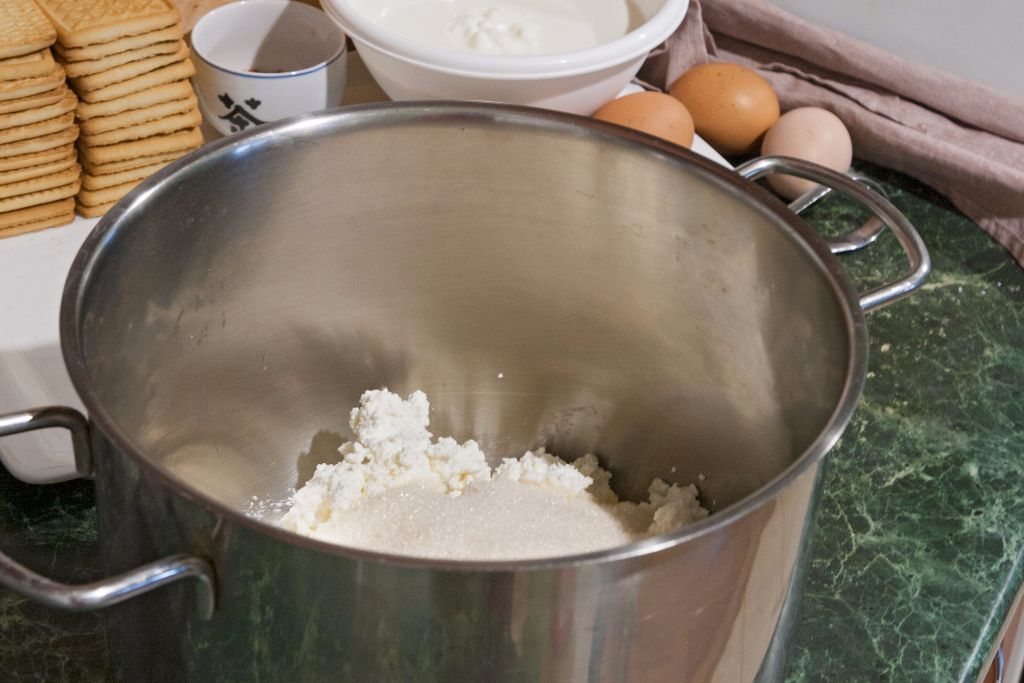 Combining cottage cheese with sugar
