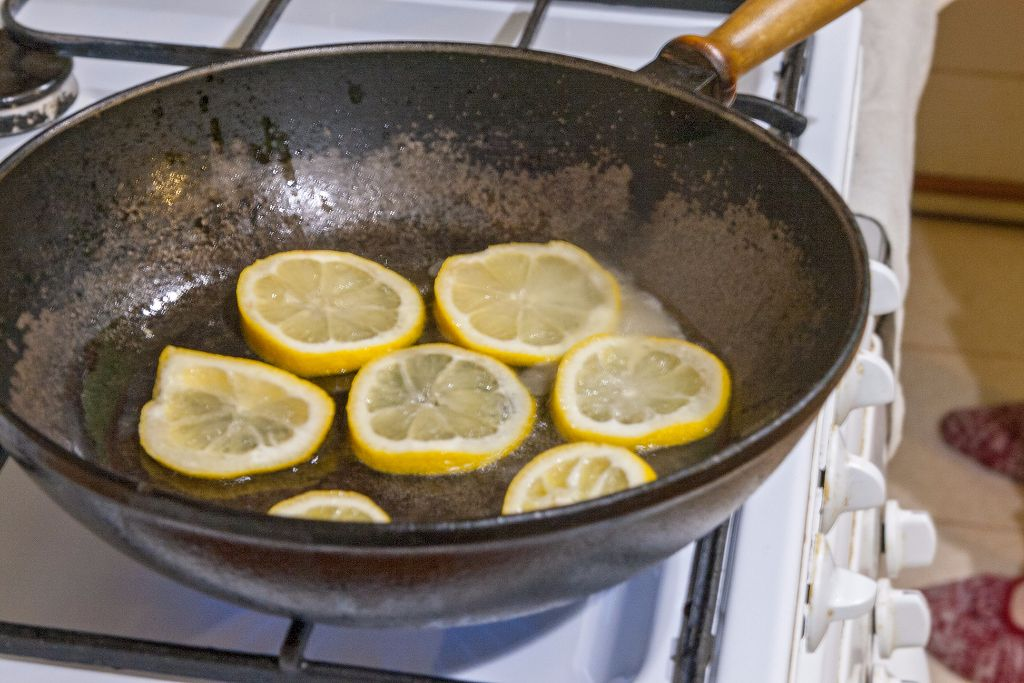 Frying the slices of lemon