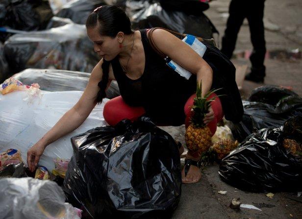 Venezuela economic crisis, depression, sees middle class Venezuelans eating from dumpsters - CBS News