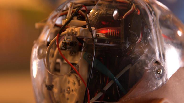 Los complejos circuitos de inteligencia artificial que permiten a Sophia responder de manera humana y hasta irónica