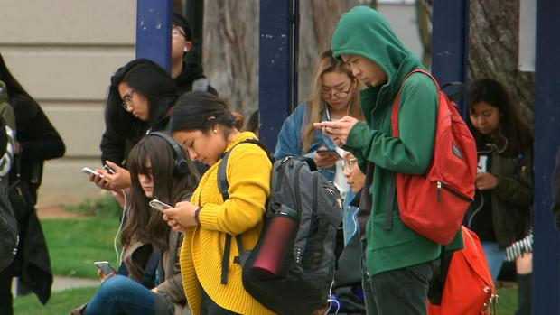 kids-w-phones.jpg