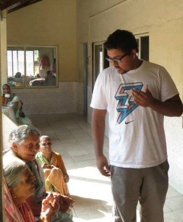 Mo Siddiqui, a BASC peer adviser and Project RISHI member, speaking to elderly leprosy patients in Anandwan, India.