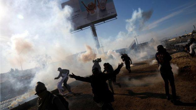 Video: Migrantes rompen la valla y los reciben con gas lacrimógeno y balas de goma