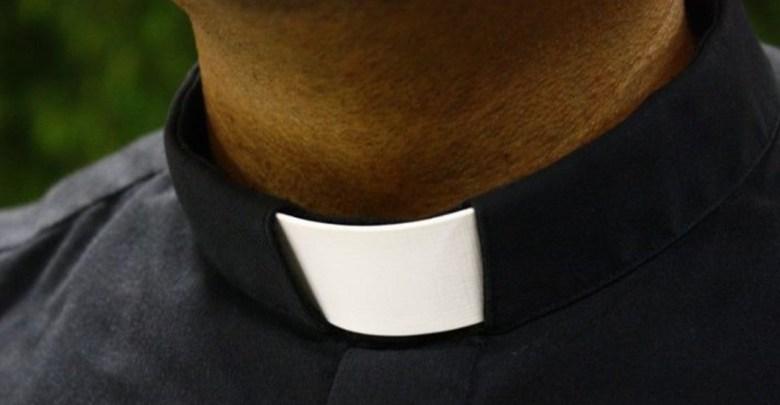 Padres de una pequeña cortan partes íntimas de sacerdote que abusó de su hija
