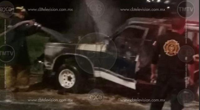 Camioneta se calcina en Zitácuaro
