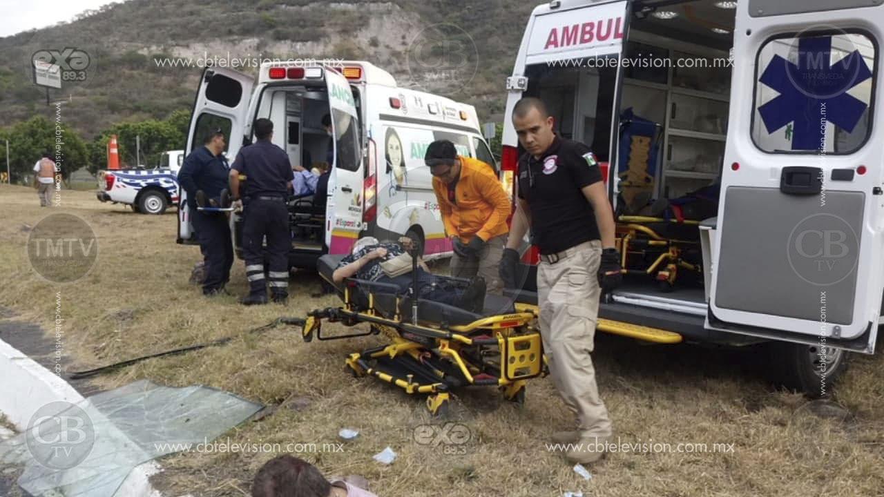 Un muerto y siete heridos deja volcadura de autobús en carretera hacia Cuitzeo