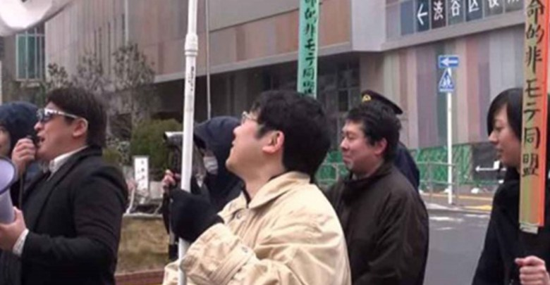 """""""Besarse en público es terrorismo"""", hombres marchan contra San Valentín en Japón"""
