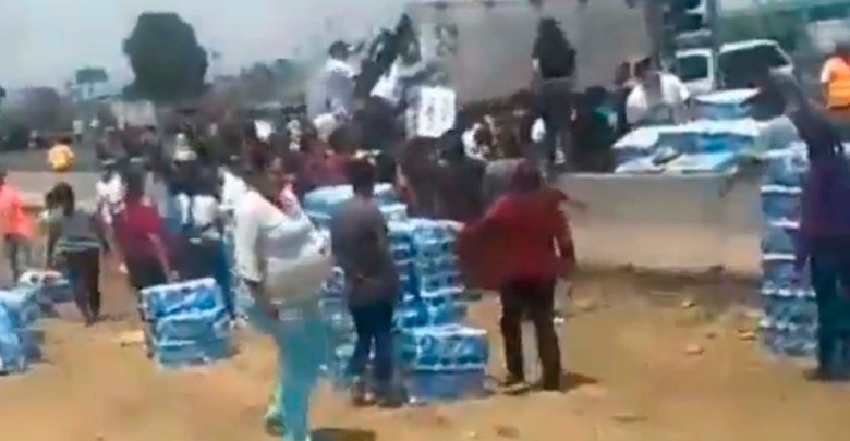 Vuelca tráiler que transportaba papel de baño y pobladores se lanzan a la rapiña