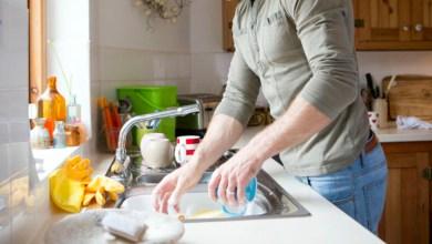 Según estudio si tú novio lava los trastes tu relación será más duradera