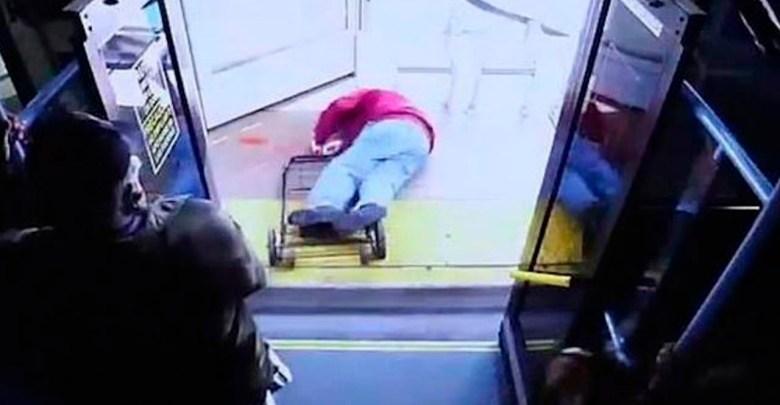 Por decirle que tratara bien a las personas, furiosa mujer avienta a un ancianito desde el autobús y muere
