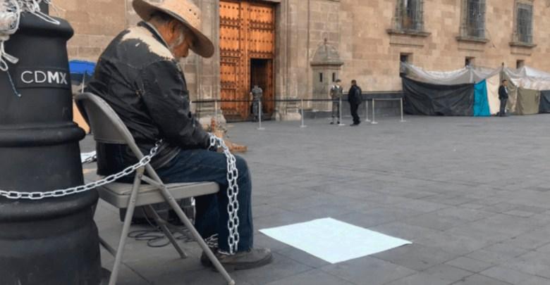 Ancianito hace plantón para hablar con AMLO, lo despojaron de sus tierras y es lo único que tiene