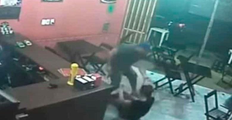 Video: Policía golpea y jala de los cabellos a una mujer por no darle la salsa que quería