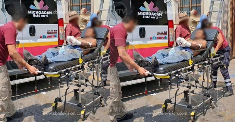 Hombre queda con severos daños en la mano al estallarle un objeto pirotécnico