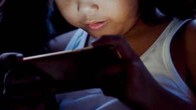 Niña de 2 años pierde la vista tras jugar día y noche con un celular