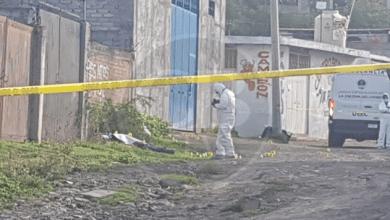 Localizan a hombre muerto con narcoletrero en Tarímbaro