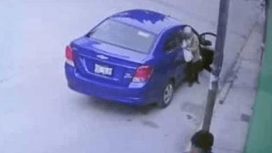 VIDEO: Abandonan a hombre de la tercera edad en la calle; llevaba una bolsa con sus cosas