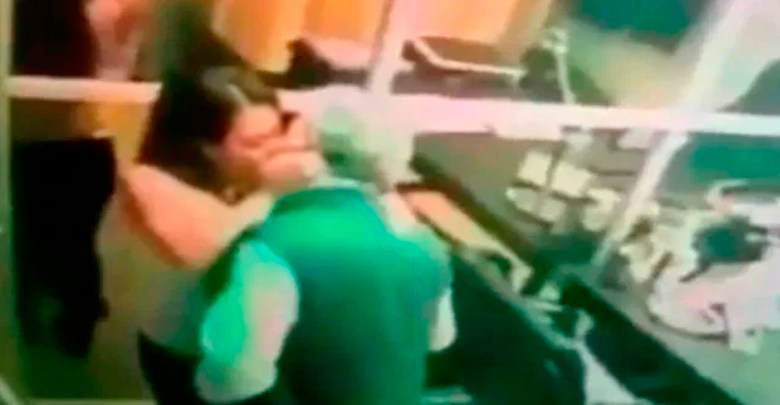 """A través de la cuenta de Twitter """"La página negra"""", se ha difundido un video sexual de un directivo de la CFE."""