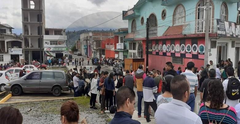Desempleo en Michoacán; cientos de personas hacen fila para entregar su CV en una tienda de abarrotes