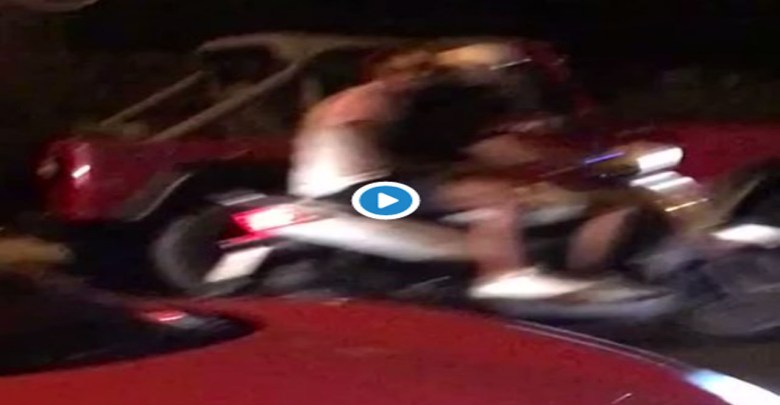 Video: Captan a pareja desnuda paseándose en un Ferrari; los multan por 20 mil pesos