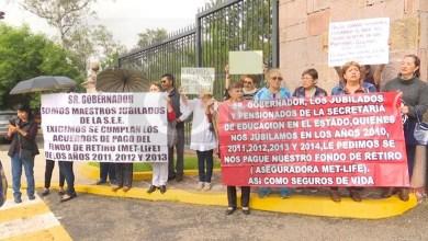Maestros jubilados se manifestaron en las inmediaciones de Casa de Gobierno