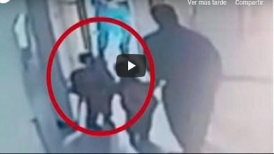 Video: Por llegar tarde al kínder sacan a niño a la calle; su padre ya se había ido