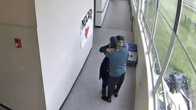 Photo of Video Viral: Maestro evita tragedia; desarma a un estudiante con un abrazo