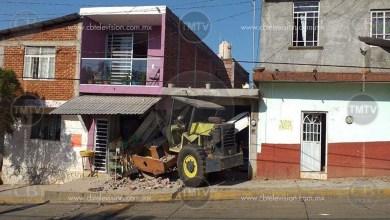 Photo of Aplanadora se mete a una casa y una tienda en Uruapan