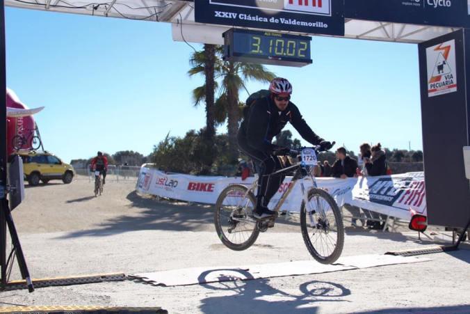 Mario saltando con la bici